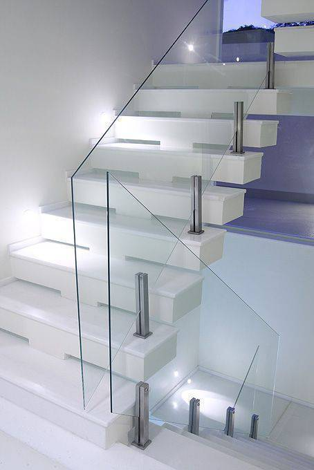 Escada de mármore - escada com guarda corpo de vidro