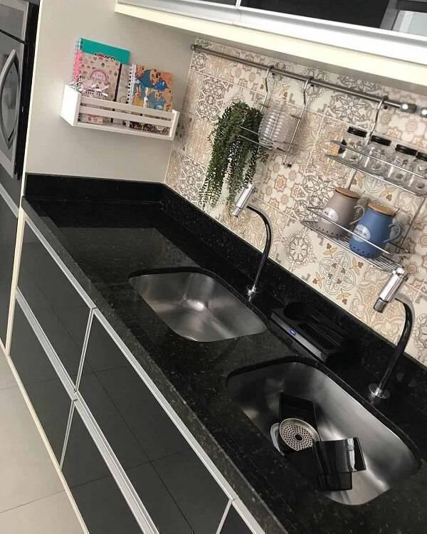 Cozinha compacta com bancada de granito verde ubatuba