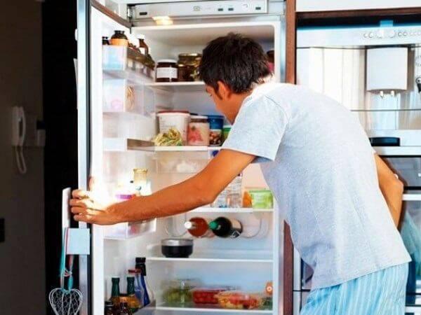 Procure manter frutas e verduras mais visíveis na geladeira