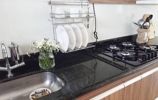 Bancada com granito verde ubatuba e fogão cooktop