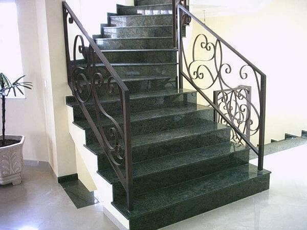 Escada de granito verde ubatuba e guarda corpo de ferro