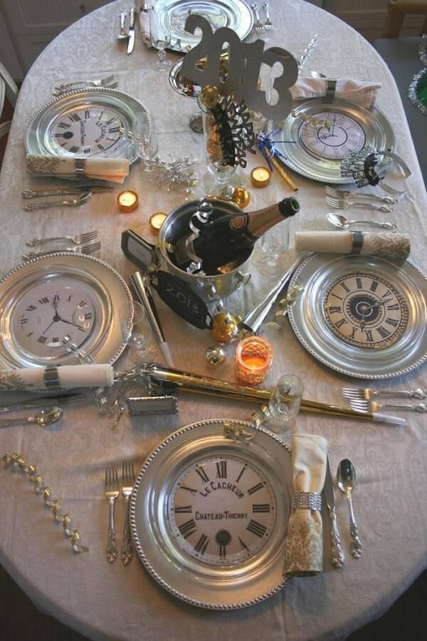 Invista em relógios na decoração como uma forma de simbolizar a contagem regressiva