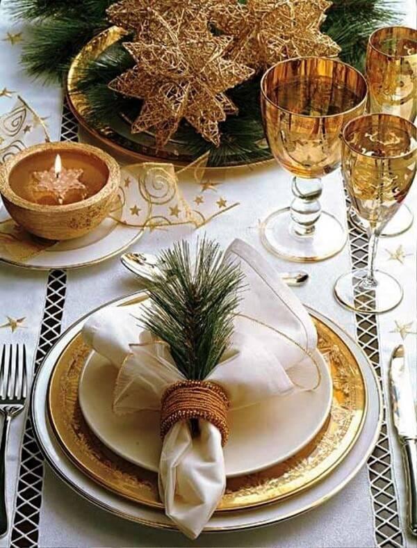 Adornos nas taças, talheres trabalhados ou pratos com bordas douradas trazem um toque especial a mesa