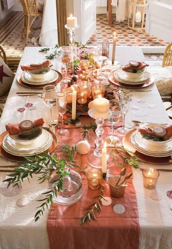 Invista na composição toalha + trilho para compor a decoração da mesa