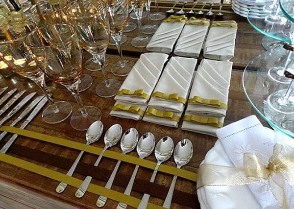 Separe um lugar especial para organizar taças e talheres