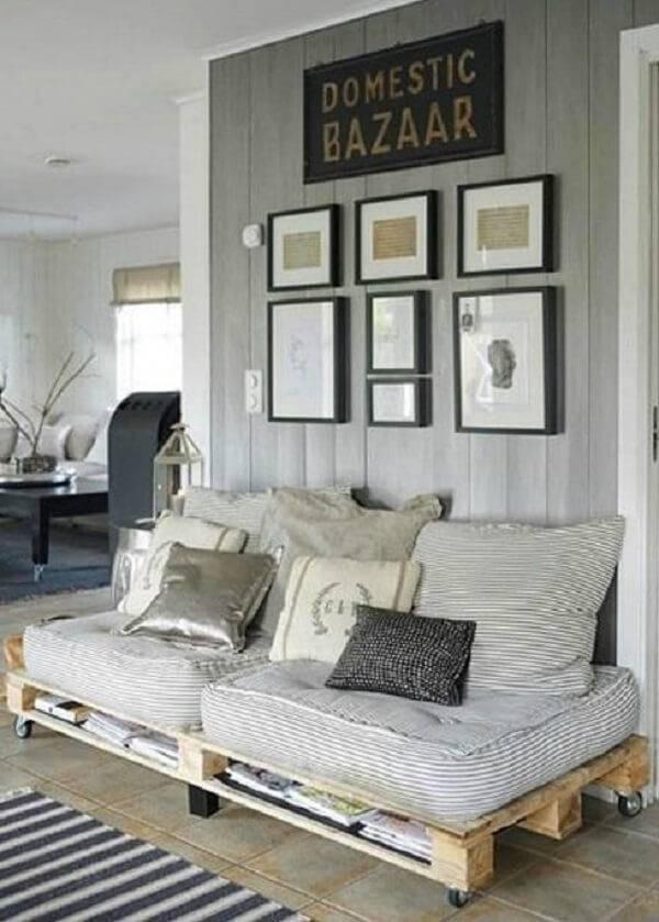 Sofá cama de pallet posicionado na sala da casa