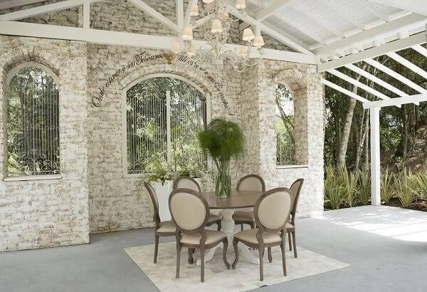 Mesa redonda com cadeira tipo medalhão estilo provençal