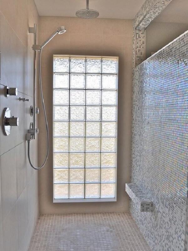 Mesmo sendo feito com tijolo de vidro, a estrutura da parede mantém a privacidade necessária