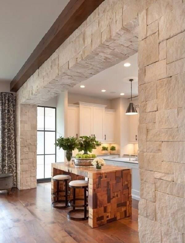 Miracema branca forma arco que marca o limite da cozinha