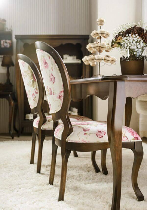 Modelo de cadeira tipo medalhão com tecido floral
