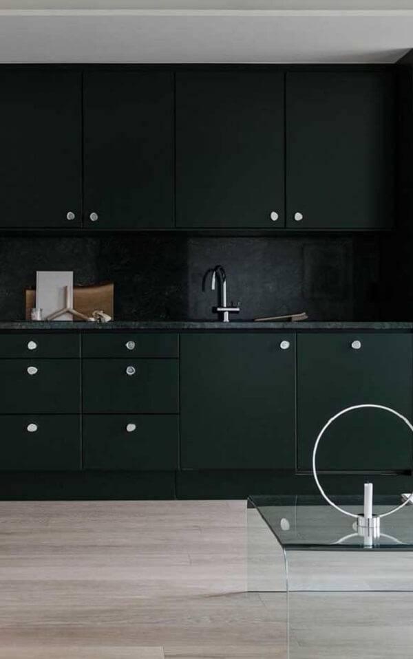 Neste ambiente o granito verde ubatuba invadiu a decoração do cômodo