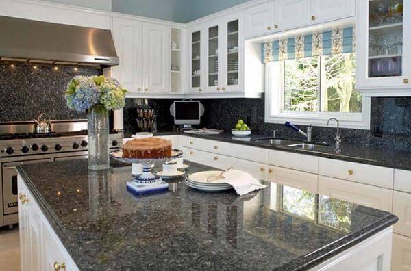 O granito verde ubatuba se destaca na cozinha branca