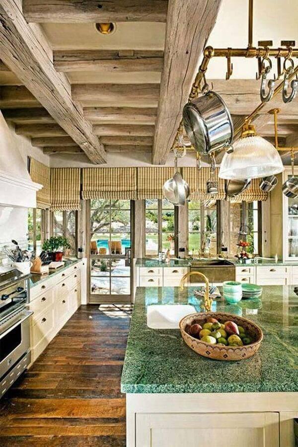 O granito verde ubatuba combina perfeitamente com uma cozinha rústica