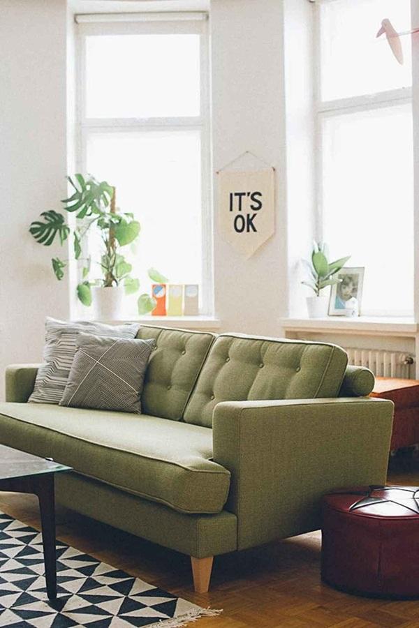 O sofá verde combina com diferentes tapetes. Fonte: Constance Zahn
