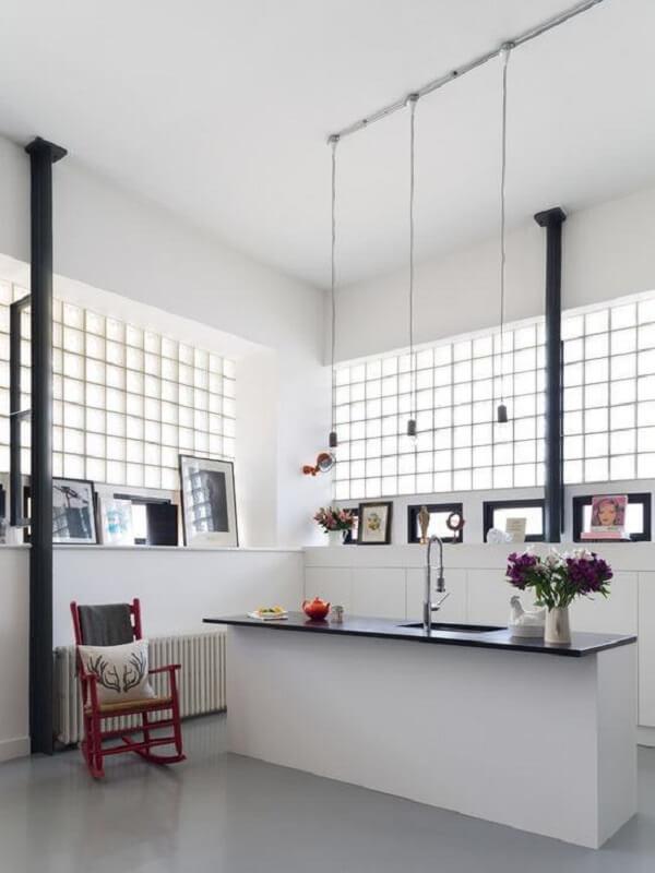 O tijolo de vidro auxilia na iluminação da cozinha