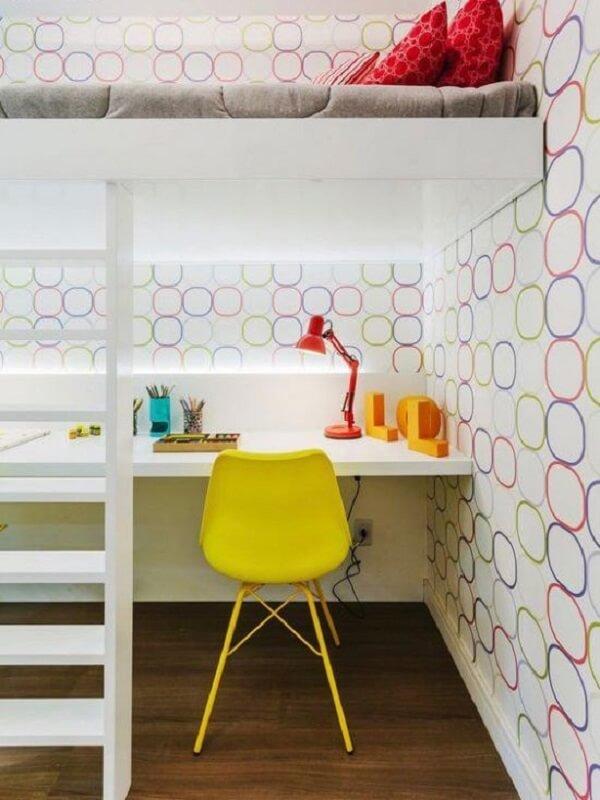 Os objetos decorativos coloridos trazem alegria para o quarto clean