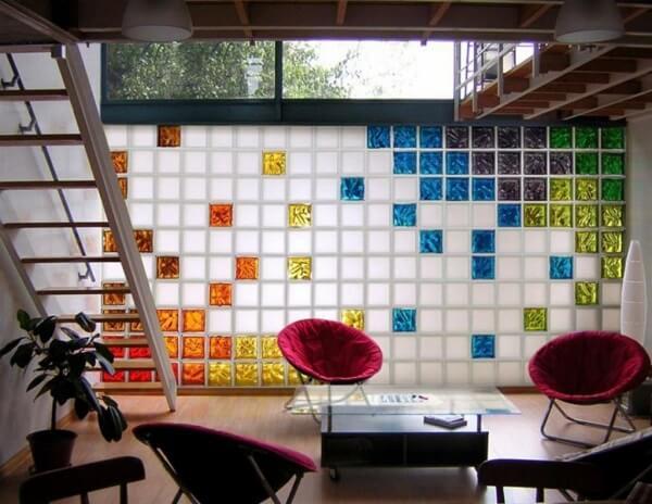 Os tijolos de vidro coloridos e foscos decoram a sala