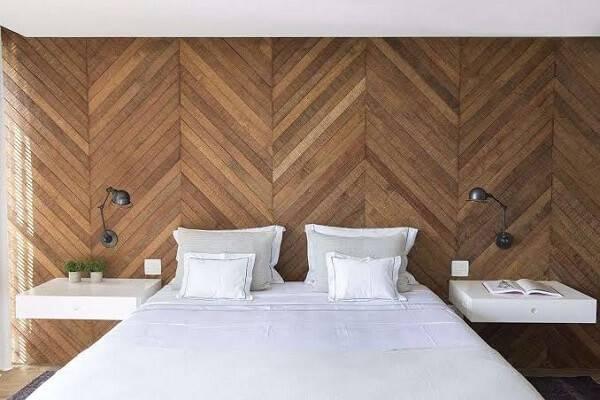 Quarto rústico com parede de madeira e criado mudo suspenso