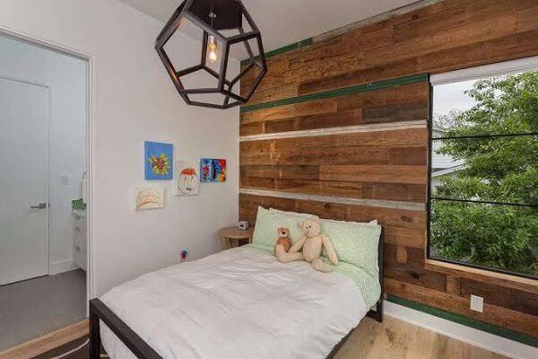 Quarto rústico com parede de madeira e pendente aramado
