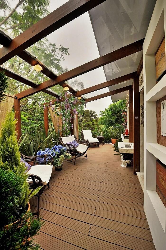 Poltronas com estofado branco são móveis para varanda que conferem aconchego