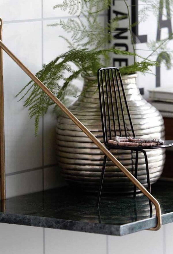 Prateleira com acabamento feito em granito verde