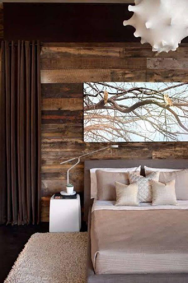 Quarto rústico de casal com painel de madeira e pendente criativo