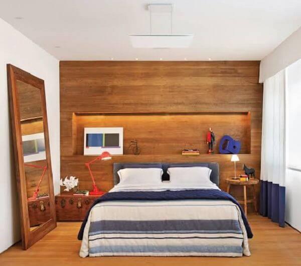 Quarto rústico com revestimento de madeira