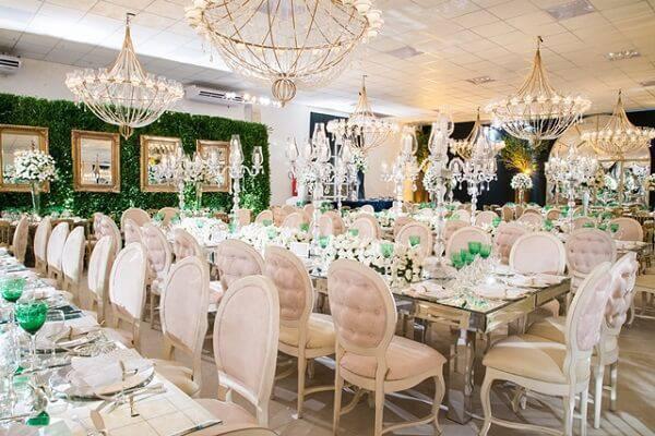 Salão de festas com decoração clássica recebem essas cadeiras