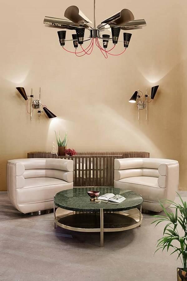 Sala de estar com centro de mesa feito com granito ubatuba verde