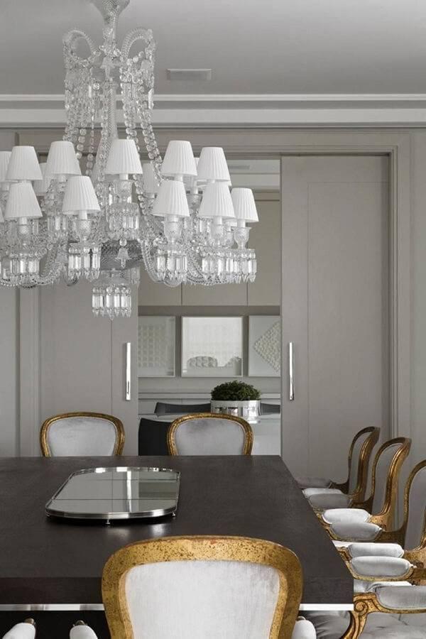 Sala de jantar elegante com cadeira dourada do tipo medalhão