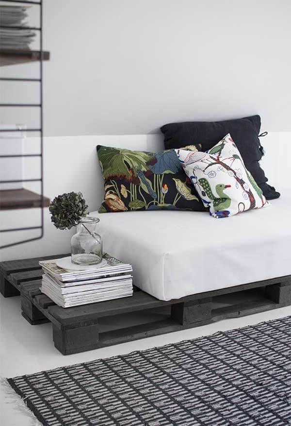 Sofá cama de pallet decora a sala de estar