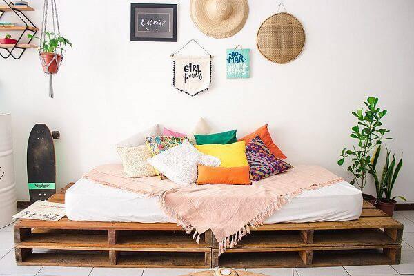 Sofá cama de pallet e almofadas coloridas