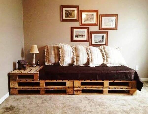 Sofá cama de pallet traz funcionalidade para o ambiente
