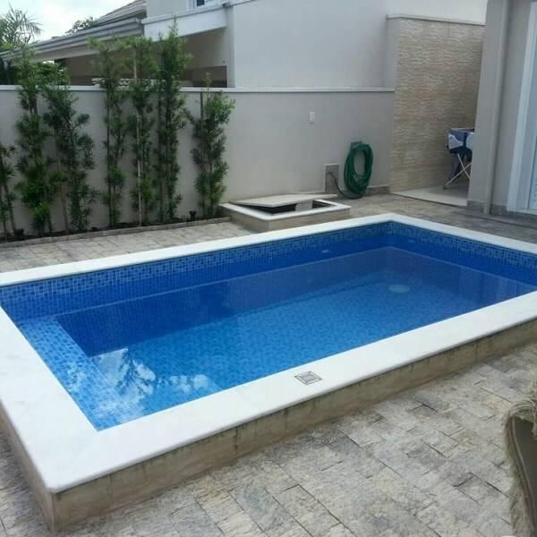 Toda a lateral da piscina recebeu acabamento especial com a miracema