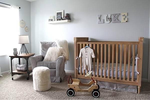 Quarto rústico de bebê com berço de madeira