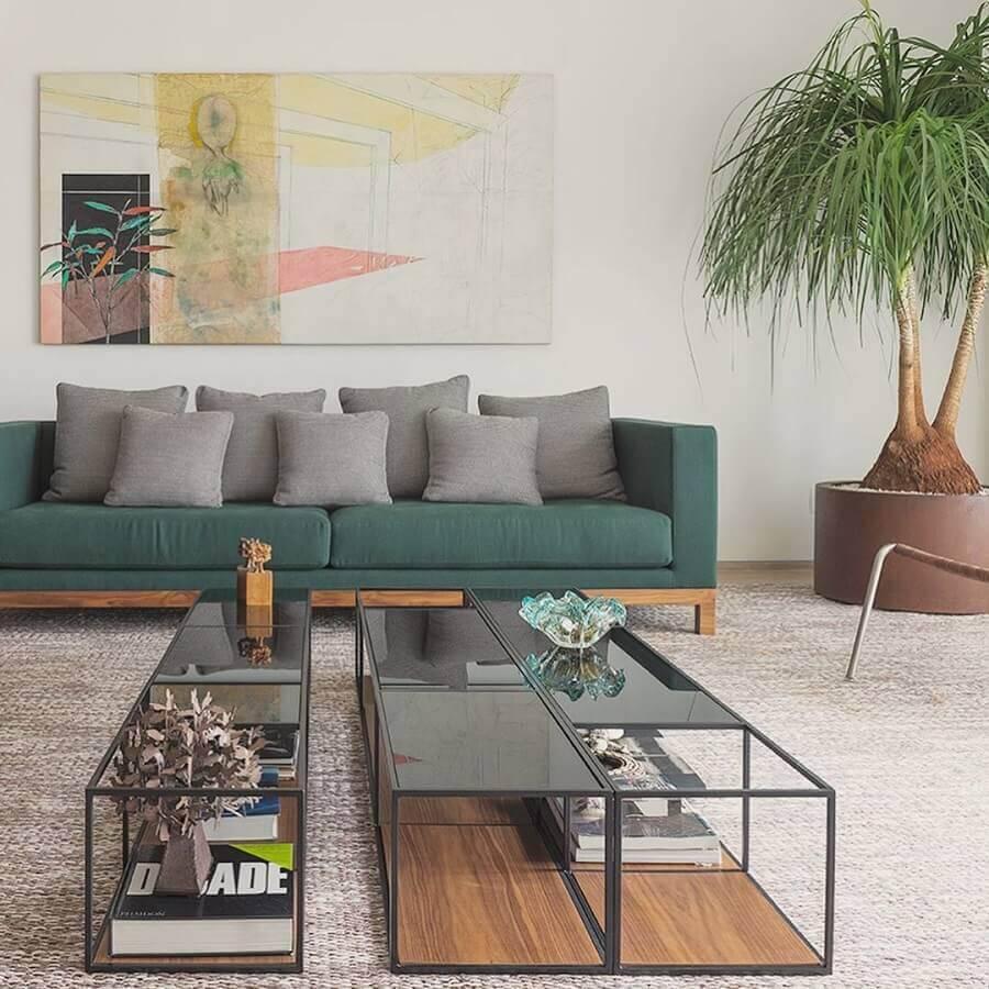 almofadas cinza para decoração de sofá verde com pés de madeira Foto Carolina Rocco