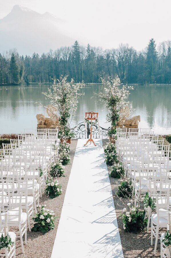 simple arrangements with white flowers for outdoor wedding ceremony Foto Style me Pretty
