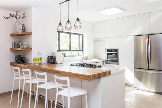 Bancada de madeira na cozinha branca