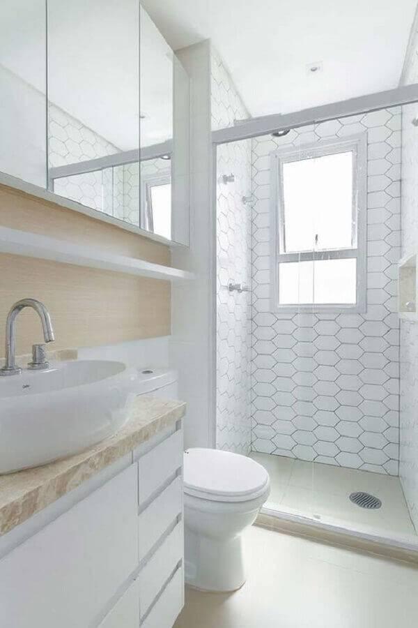 banheiro decorado na cor branca com detalhe em madeira Foto Ideias Decor