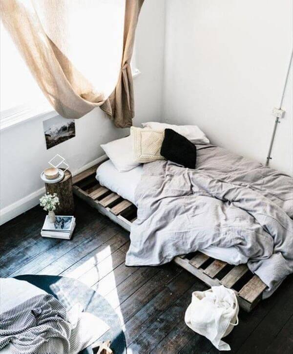 Economize na decoração do quarto incluindo uma cama de pallet