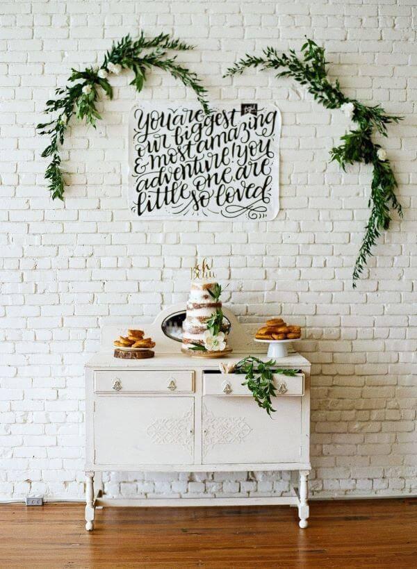 Festa em casa com plantas na decoração