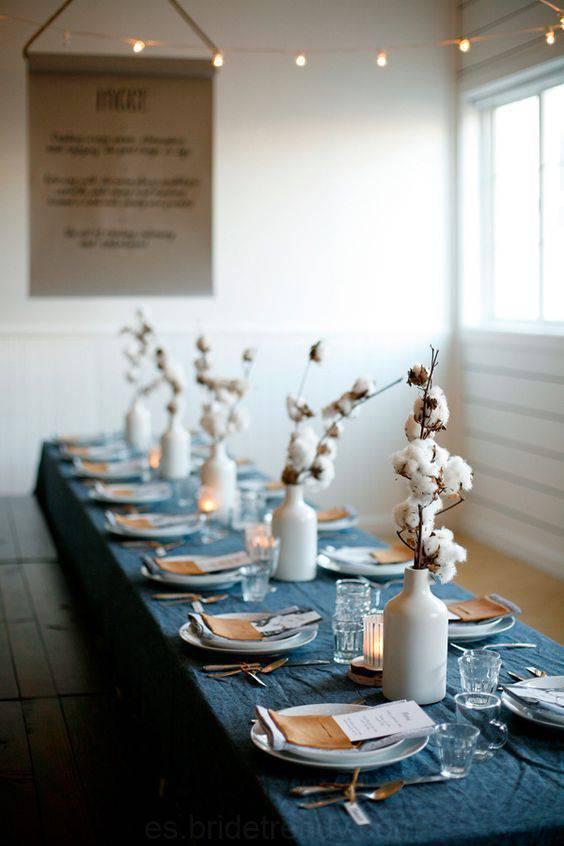 bodas de algodão - mesa com garrafas decoradas com algodão