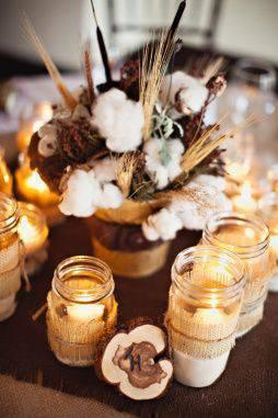 bodas de algodão - mesa com velas e arranjo de algodão