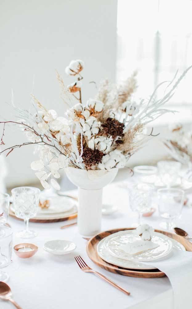 bodas de algodão - mesa de convidados com arranjos de algodão