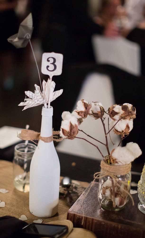bodas de algodão - mesa de convidados com garrafa decorada