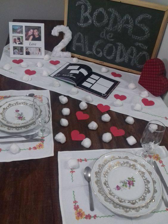 bodas de algodão - mesa simples de boda de algodão com pratos clássicos