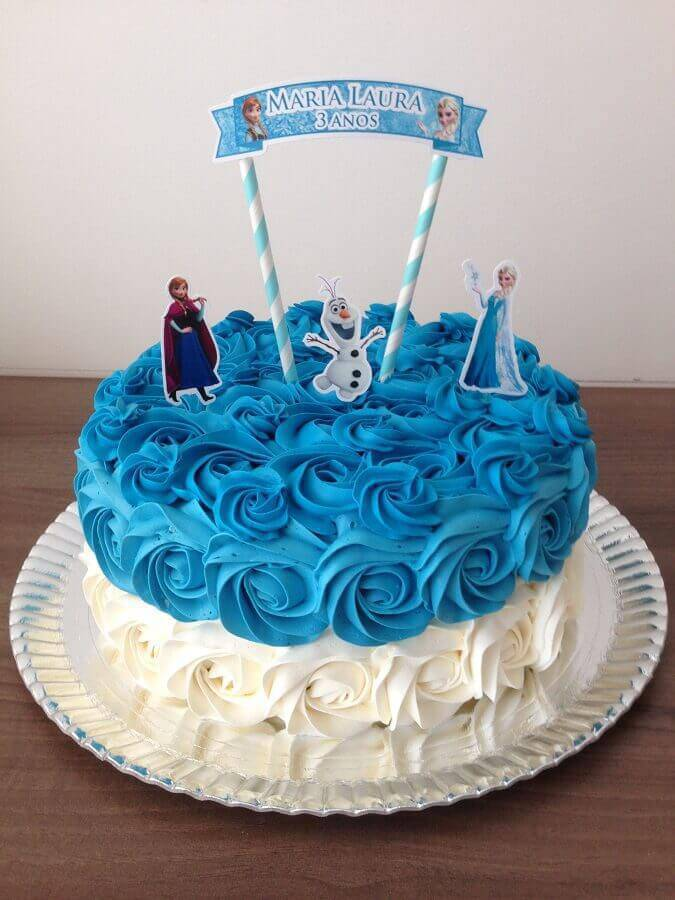 blue and white whipped cream frozen cake Foto Dcore Você