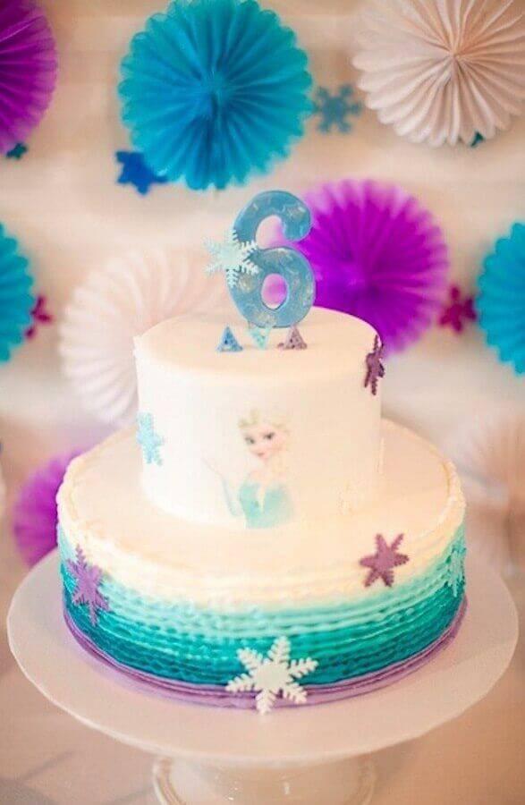 bolo da frozen de chantilly e detalhes em flocos de neve Foto Pinterest