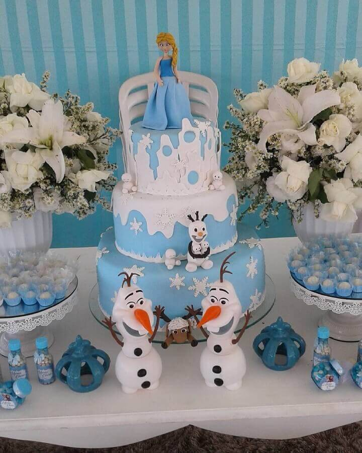 bolo da frozen decorado com boneco da Elsa e do Olaf Foto Sofisticatto Festas e Eventos
