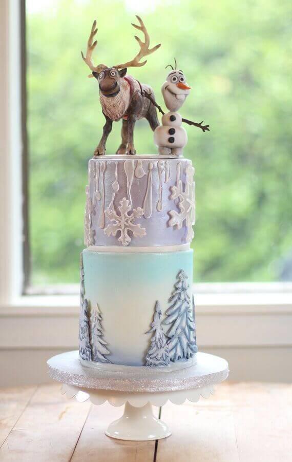 bolo da frozen dois andares com personagens no topo Foto Festejando com Carinho
